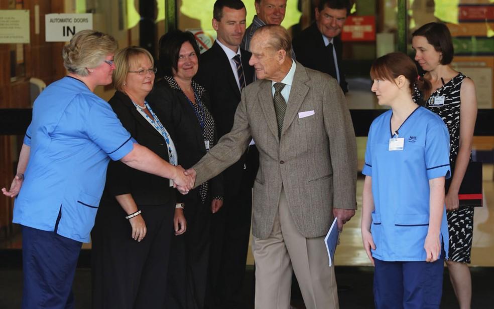 O príncipe Philip, marido da Rainha Elizabeth II da Inglaterra, deixa o hospital onde estava internado, segundo informou o Palácio de Buckingham. Ele passou por um tratamento para combater uma infecção na bexiga — Foto: AP/Andrew Milligan/PA Wire