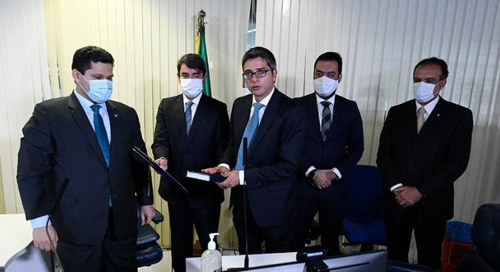Carlos Portinho (ao centro, sem máscara) toma posse como senador pelo estado do Rio de Janeiro — Foto: Jefferson Rudy/Agência Senado