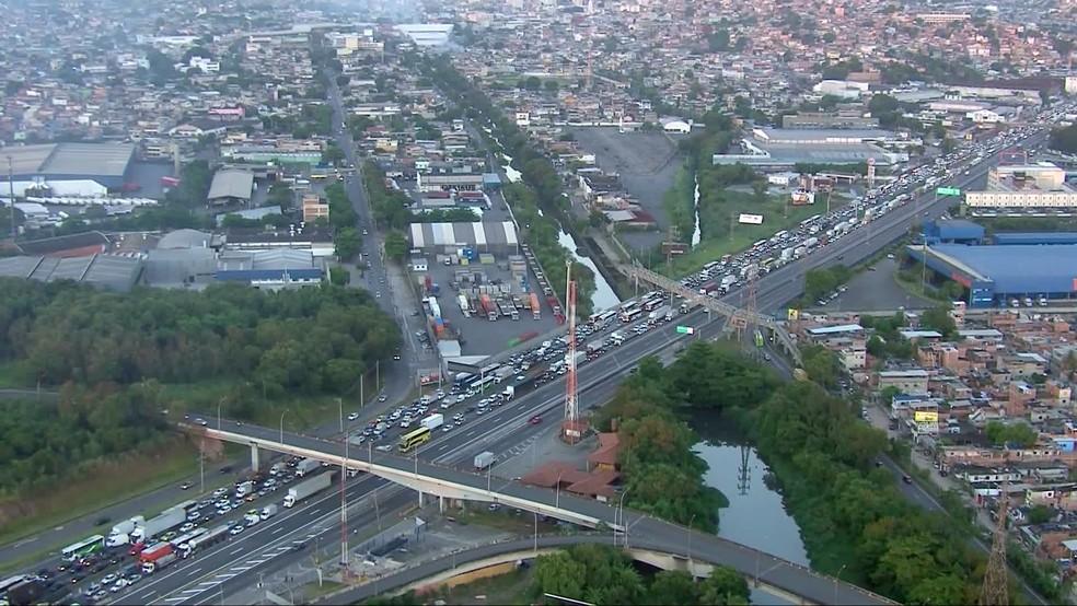 Chegada da Dutra ao Rio engarrafada por causa do tombamento de carreta — Foto: Reprodução/TV Globo