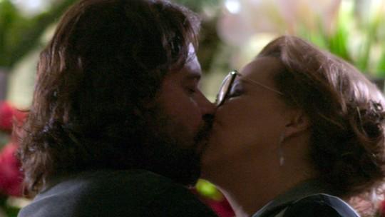 Bernardo faz surpresa para Emília