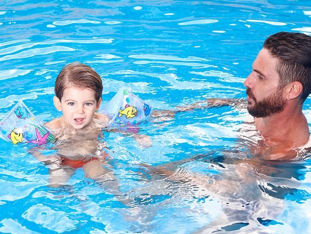 Hudson brinca com Davi na piscina (Foto: Marcelo Navarro/ Ed. Globo)