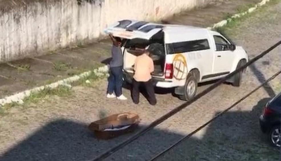 Carro funerário derruba corpo na rua e agentes só percebem no velório — Foto: Edna Souza/ arquivo pessoal