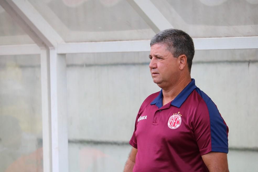 Ney da Matta fez seis mudanças no time titular do América-RN (Foto: Augusto Gomes/GloboEsporte.com)