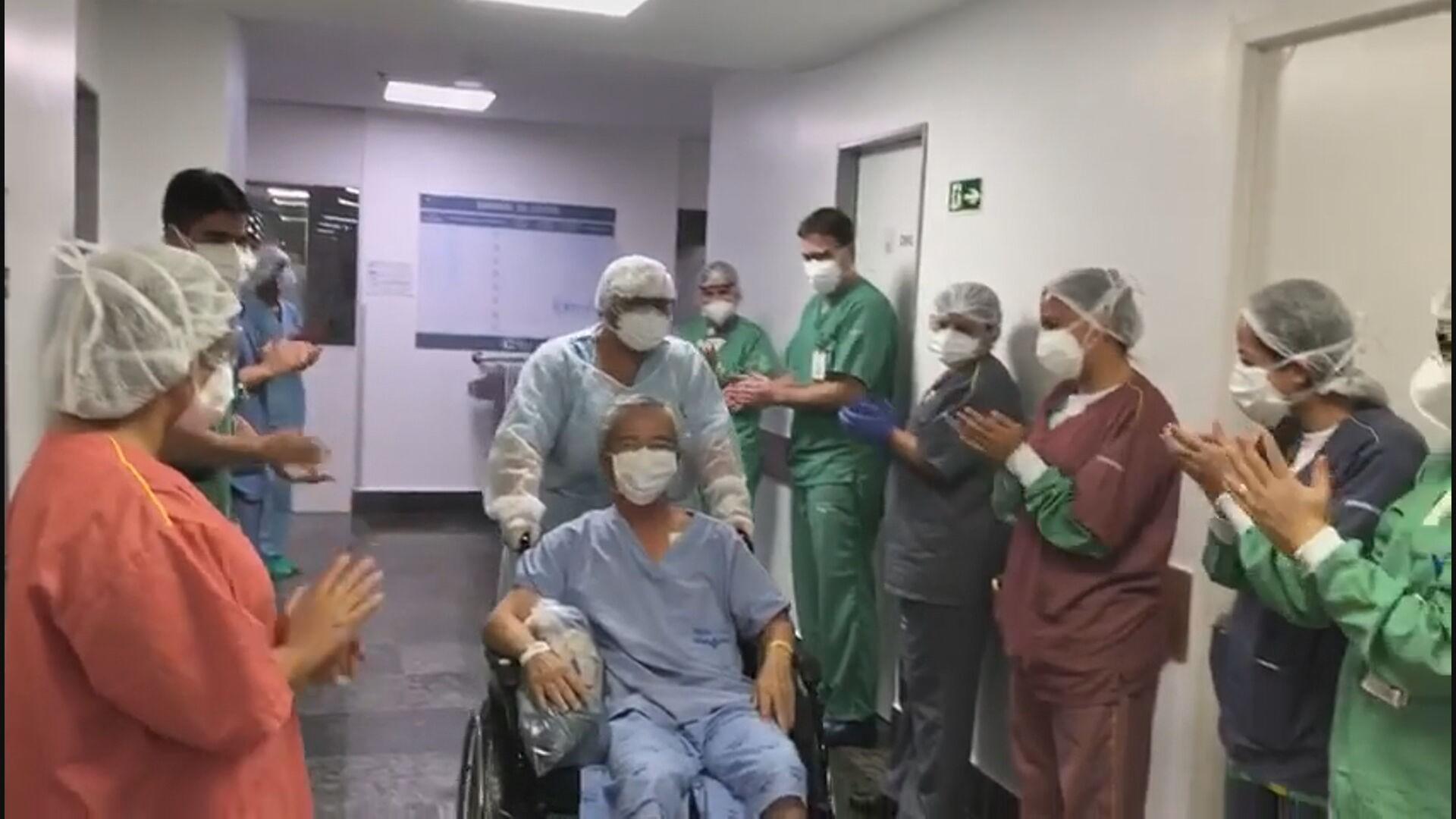 VÍDEO: após ficar 14 dias na UTI, paciente com Covid-19 recebe alta e é aplaudido no DF