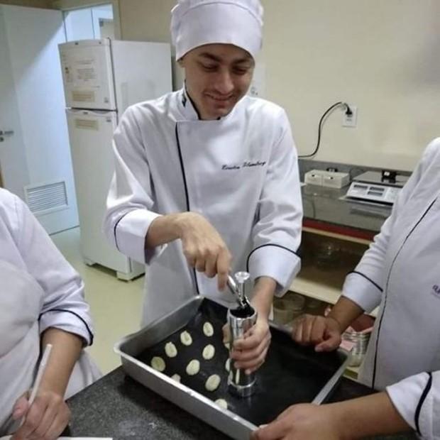 Os pães da La Argentinidad são feitos por Everton, que só precisa de ajuda para medir ingredientes (Foto: Fernanda Stecanela/Arquivo pessoal)