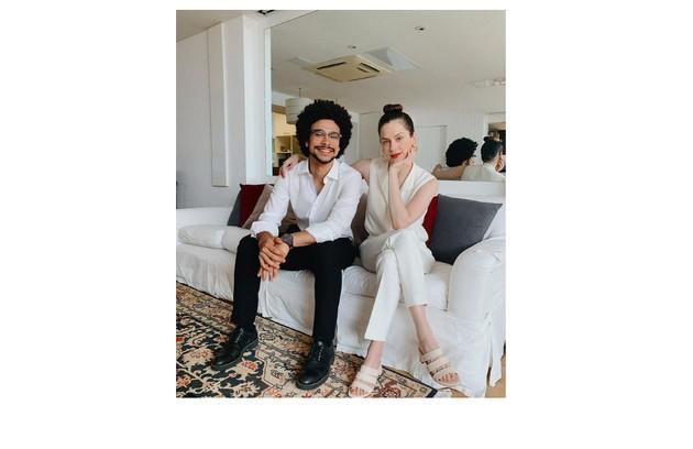 O casal no sofá da sala: 'Sergio não é só um parceiro amoroso, mas de vida' (Foto: Reprodução)