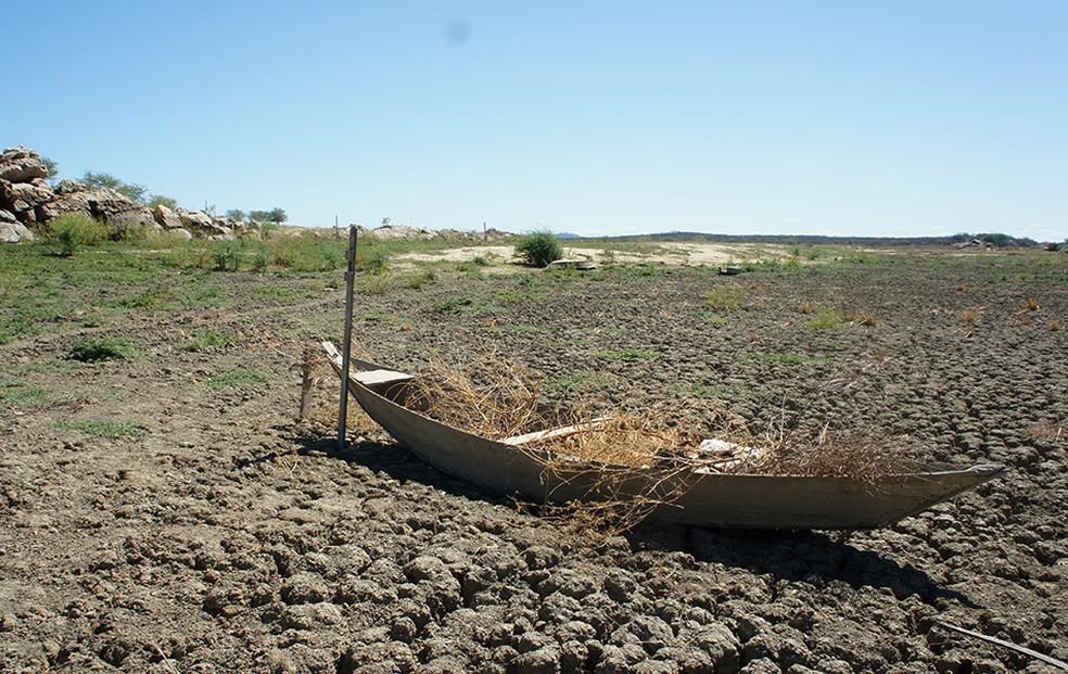 Açude Dourado, em Currais Novos, é um dos que continua completamente seco — Foto: Anderson Barbosa/G1