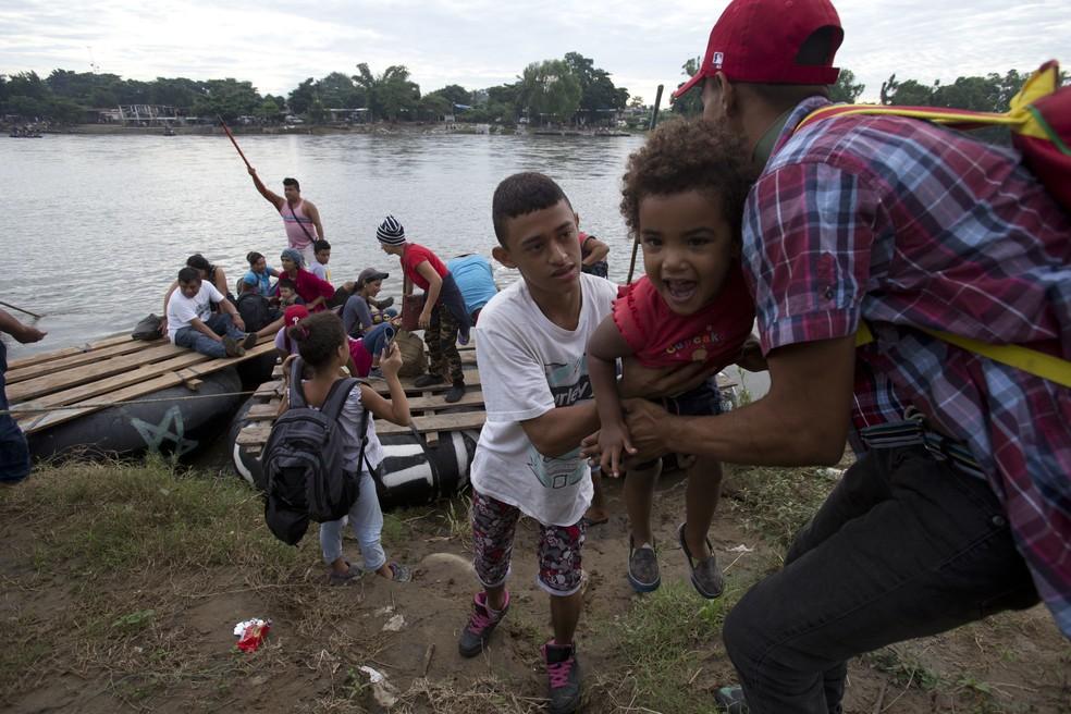 México liberou entrada de mulheres e crianças que integram caravana de hondurenhos — Foto: Moises Castillo/ AFP