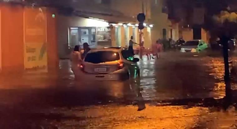 Chuva intensa atinge Montes Claros e deixa ruas alagadas