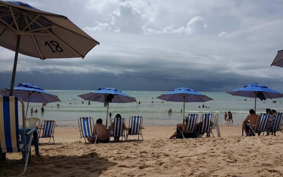 Praia do Bessa é uma das consideradas excelentes; céu deve ficar parcialmente dublado neste sábado (Foto: Krystine Carneiro/G1)