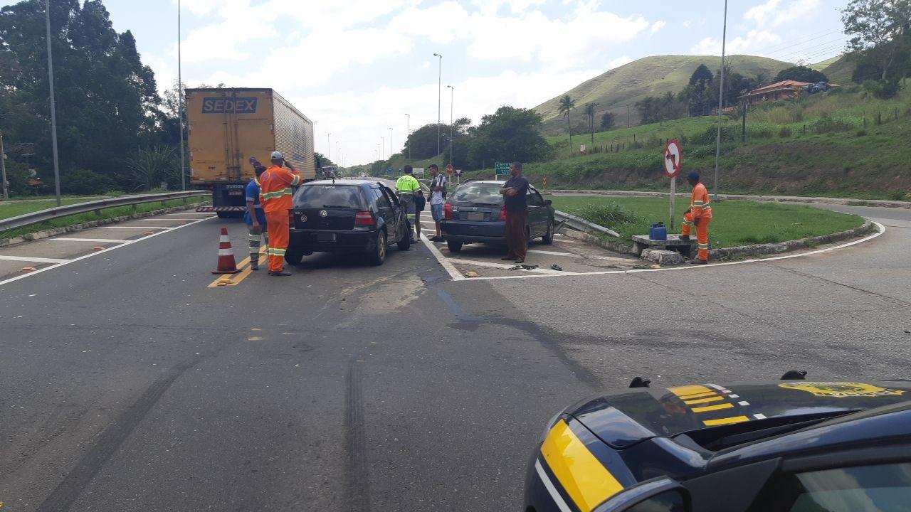 Acidente entre carros na BR-393, em Vassouras, deixa duas pessoas feridas - Notícias - Plantão Diário