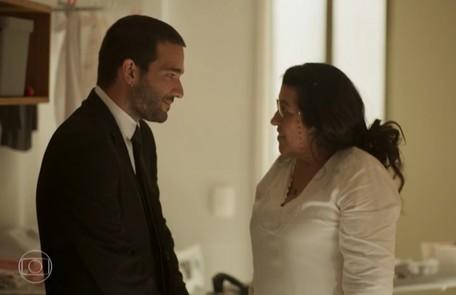 Na quarta, 8, Sandro (Humberto Carrão) diz a Lurdes que recuperou a casa para ela Reprodução/TV Globo