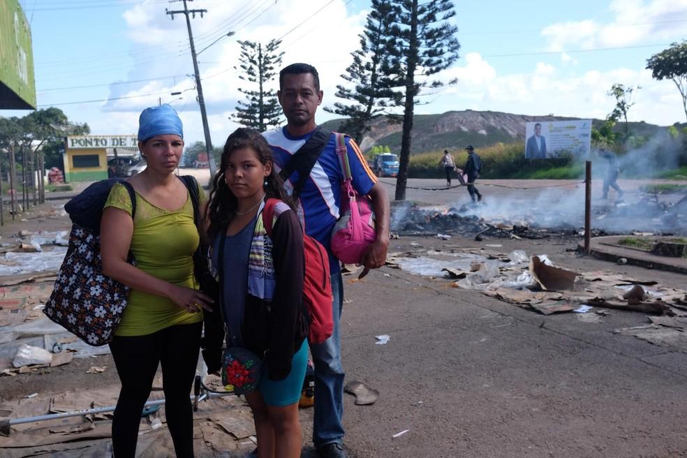 Família de venezuelanos teve documentos, roupas e o barraco onde moravam destruídos por brasileiros durante ataques (Foto: Inaê Brandão/G1 RR)