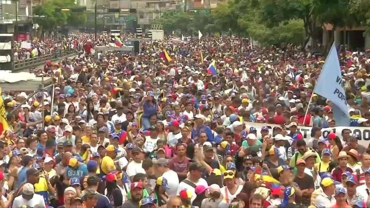 Manifestantes vão às ruas pedir saída de Nicolás Maduro