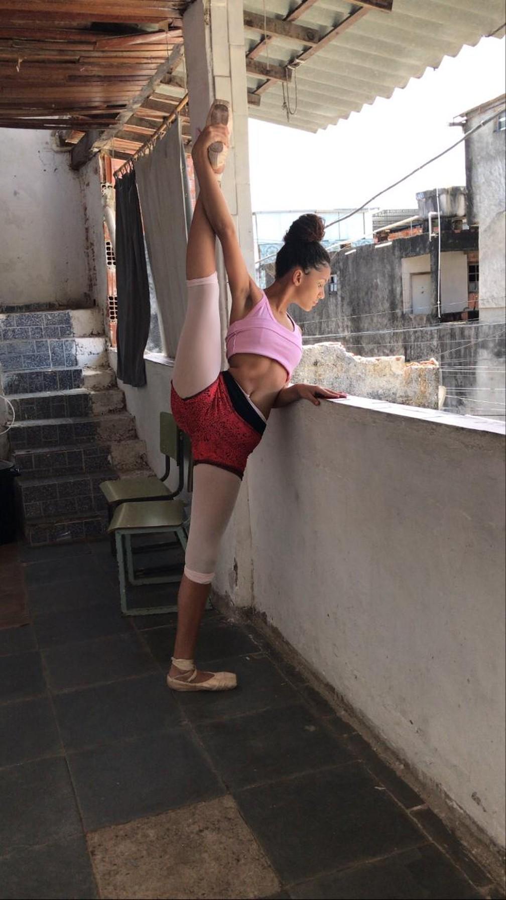 Após treinar 6 horas por dia, Ana Carolina Baptista ganhou uma bolsa de estudo em companhia de dança em Nova Iorque  — Foto: Reprodução/Arquivo pessoal
