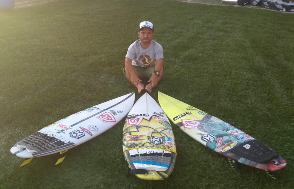 Roberto Pino mostra as pranhas para competição digital de surfe (Foto: Arquivo Pessoal)