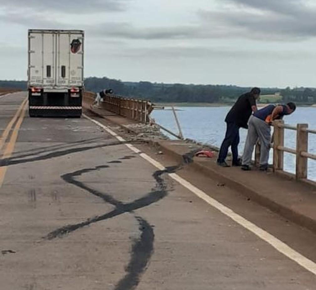 Segundo a polícia, motorista perdeu o controle da direção na ponte — Foto: Corpo de Bombeiros/Divulgação