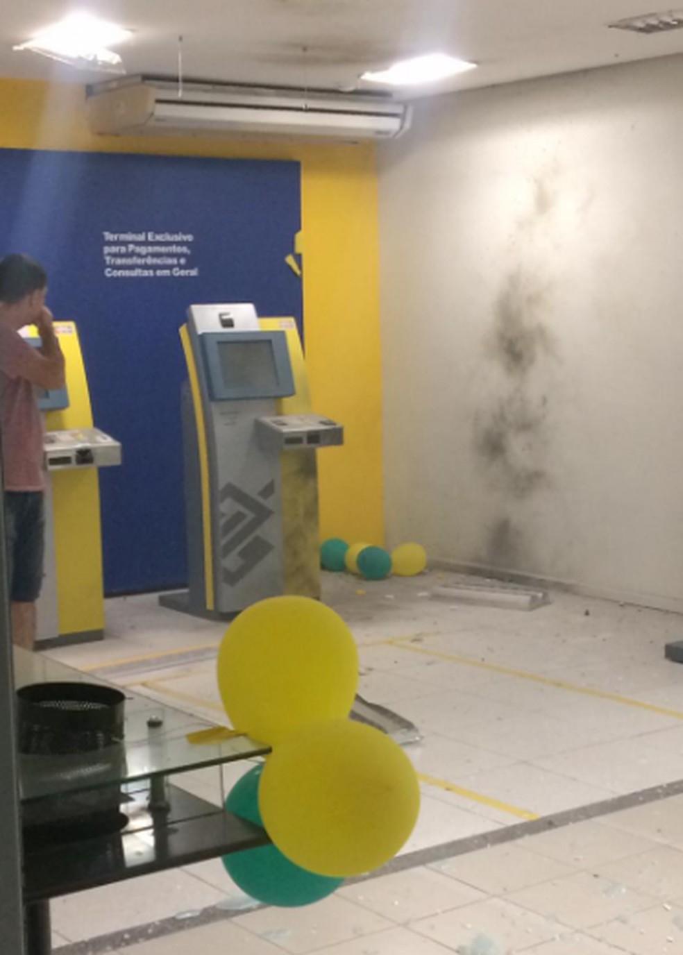 Grupo tentou explodir um dos caixas, mas não tiveram sucesso na operação. — Foto: Reprodução/Sistema TV Verdes Mares