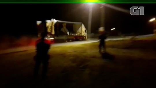 Caminhão desgovernado percorre rodovias derramando margarina e só para ao bater em viatura da PM; vídeo