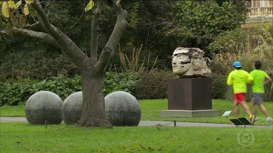 Exposição de esculturas gigantes chega a tradicional parque de Londres