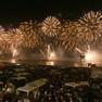 Foto: (Show de luzes coloriu o céu na orla de Copacabana / Reprodução/TV Globo)