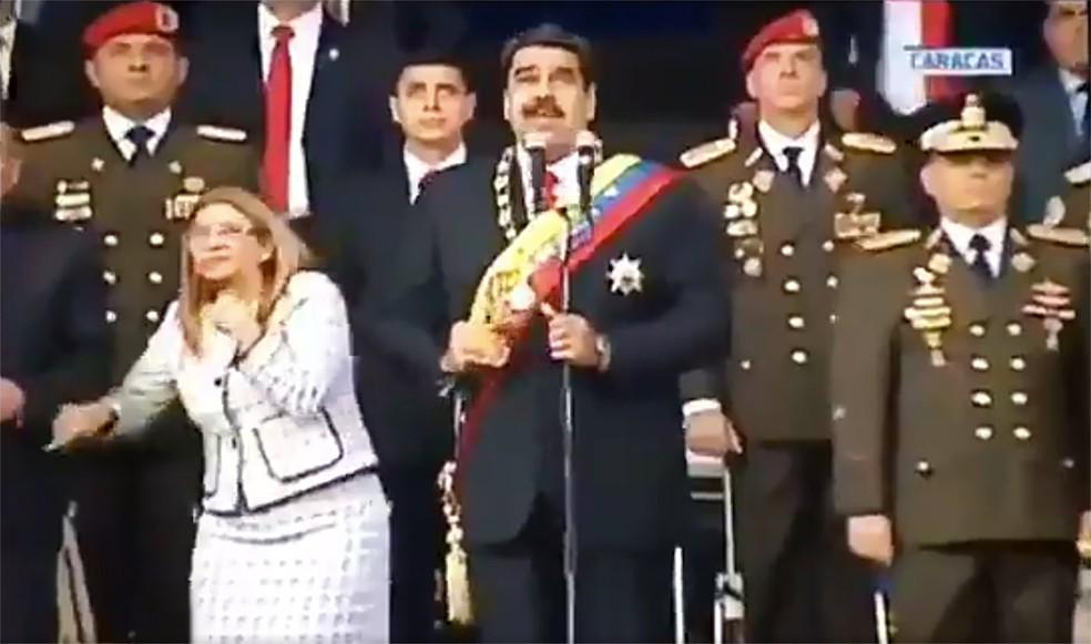 Imagem da transmissão da VTV, no momento em que Maduro e as demais autoridades no palanque de parada militar observam com susto a passagem do que o governo venezuelano chamou de drones carregados de explosivos (Foto: Handout/Venezuelan Television (VTV)/AFP)