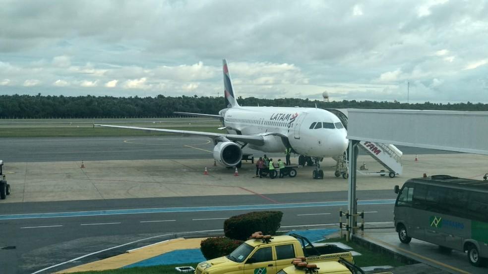 Voo 3419 da Latam no pátio do Aeroporto Marechal Hugo da Cunha Machado, em São Luís (MA), após a colisão. — Foto: Douglas Pinto/TV Mirante
