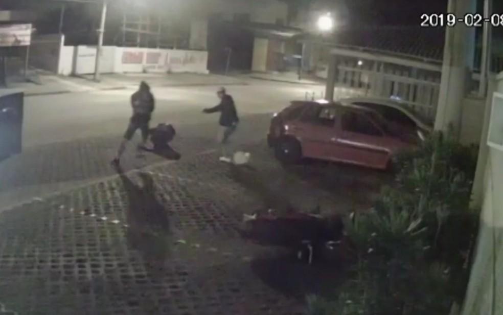 Jovem é executado a tiros por dois homens, em Anápolis — Foto: Reprodução/TV Anhanguera