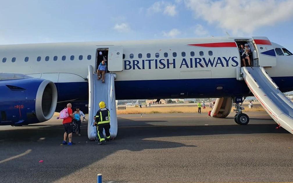 Passageiros precisaram usar escorregador inflável para deixar o avião — Foto: Reprodução/Twitter/Lucy Brown