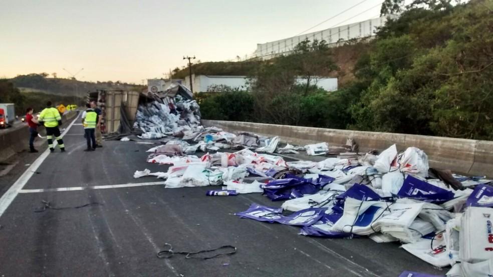 Caminhão caiu no rio após desviar de acidente com uma carreta em Extrema (MG) (Foto: Polícia Rodoviária Federal)