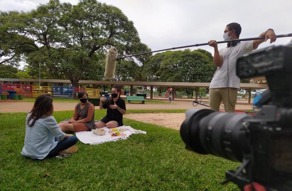 Repórter Giovana Teles grava o Globo Repórter em Brasília — Foto: Globo Repórter/ Reprodução