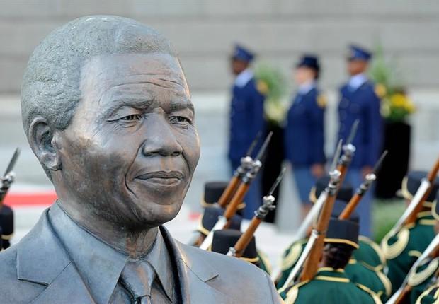 Vista de estátua de Mandela, em frente ao Parlamento Sul-Africano, na Cidade do Cabo. Foto tirada durante posse de Cyril Ramaphosa (Foto:  EFE/ Nasief Manie)