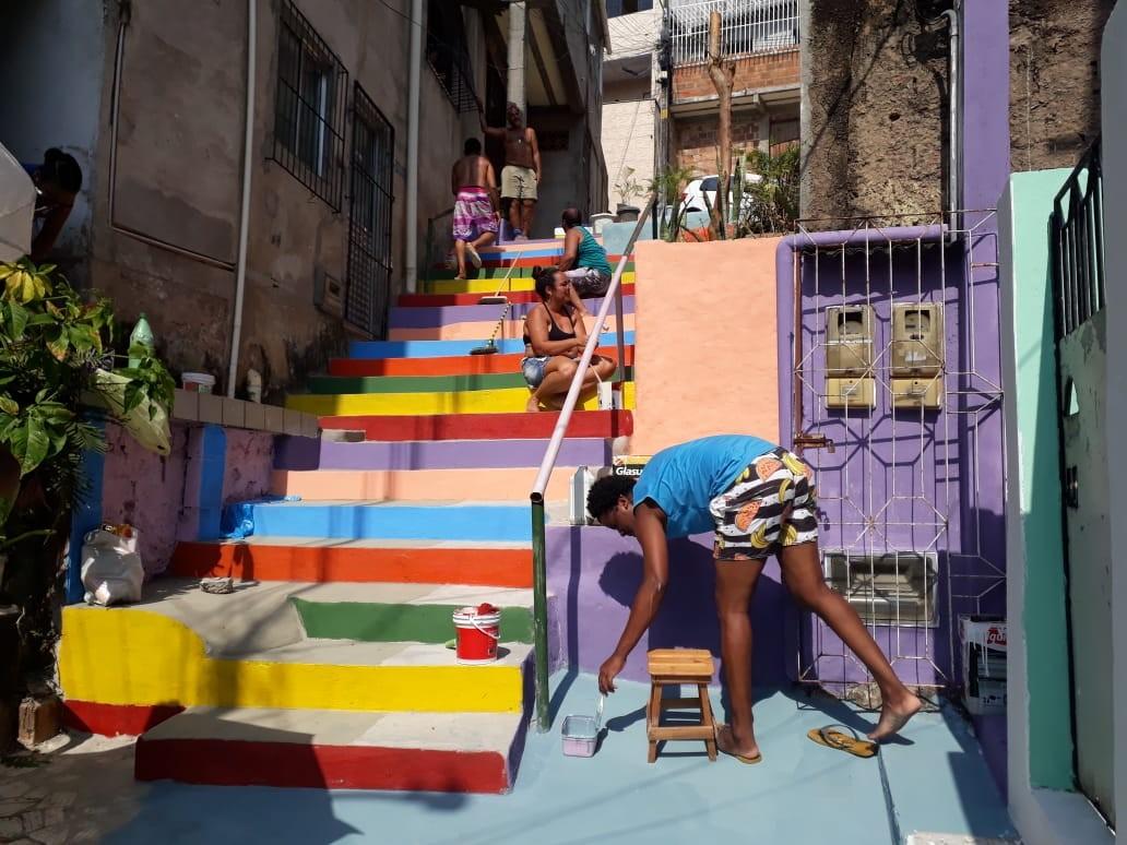 Moradores do Nordeste de Amaralina colorem escada em homenagem a jovem que vai defender TCC sobre gênero e diversidade