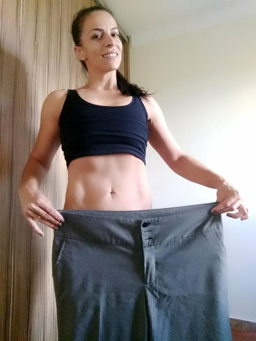 Paula Edo, 37 anos, praticamente veste uma das pernas da calça que chegou a vestir quando tinha 113kg (Foto: Arquivo pessoal)