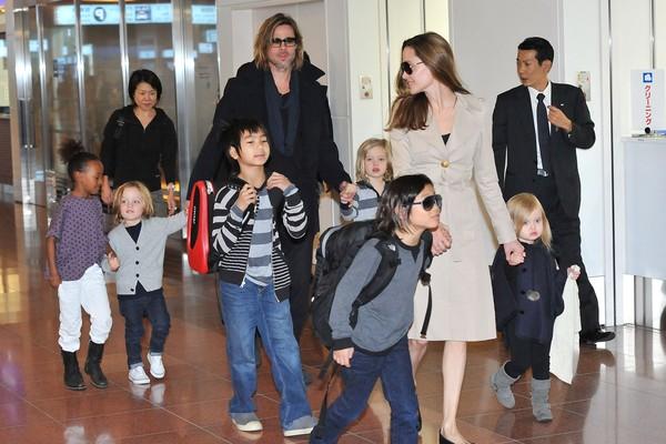 Brad Pitt e Angelina Jolie em registro de 2011 com os seis filhos: Maddox, Pax, Zahara, Shiloh, Knox e Vivienne  (Foto: Getty Images)