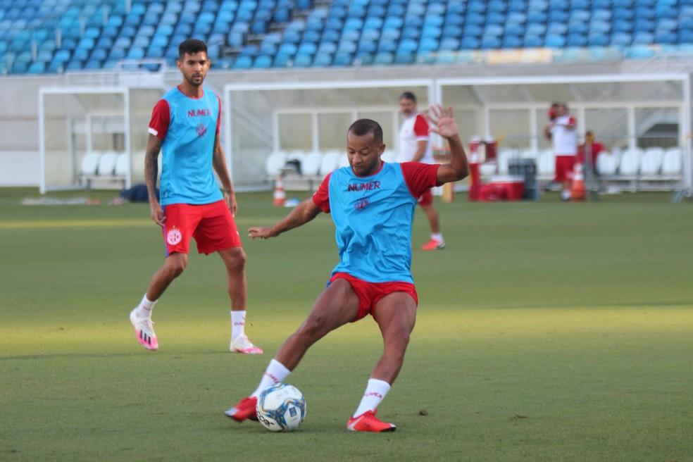 Lelê em ação durante treino do América-RN na Arena das Dunas — Foto: Canindé Pereira/América FC