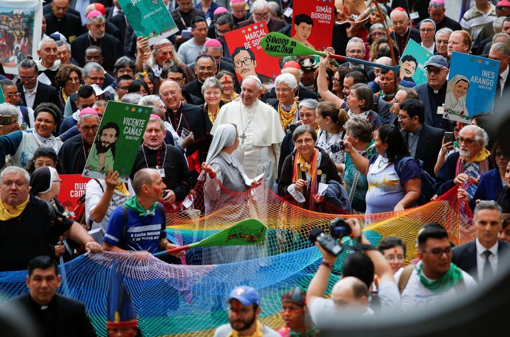 Papa Francisco com participantes do Sínodo dos Bispos sobre a Amazônia, em outubro de 2019 — Foto: Remo Casilli/Reuters