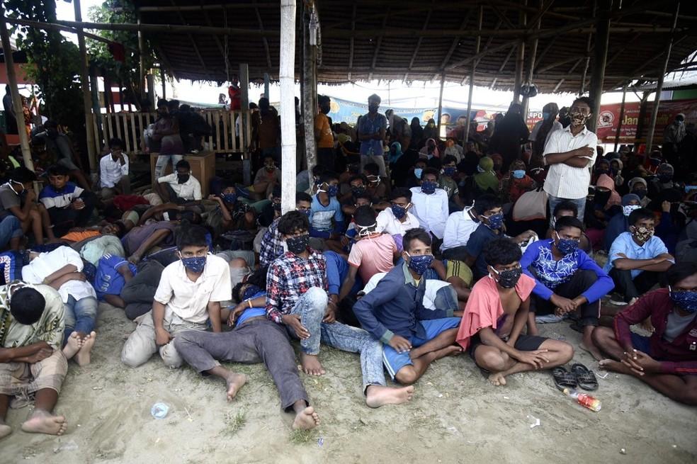 Parte do grupo de refugiados Rohingya que chegou até a Indonésia nesta segunda-feira (7) — Foto: Rahmat Mirza/AFP