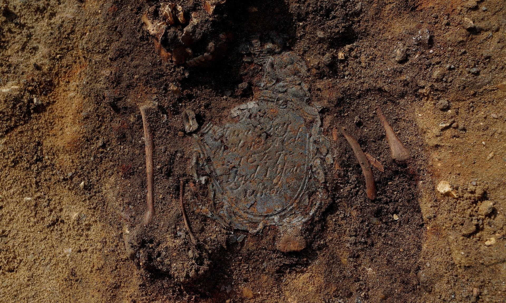 Homenagem a uma criança que morreu antes de completar dois anos de idade (Foto: Divulgação/ Wessex Archaeology)