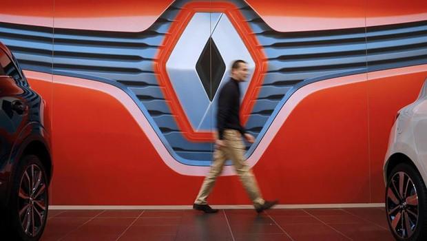 Homem caminha diante do logo da montadora francesa Renault em Nantes (Foto: Stephane Mahe/Reuters)