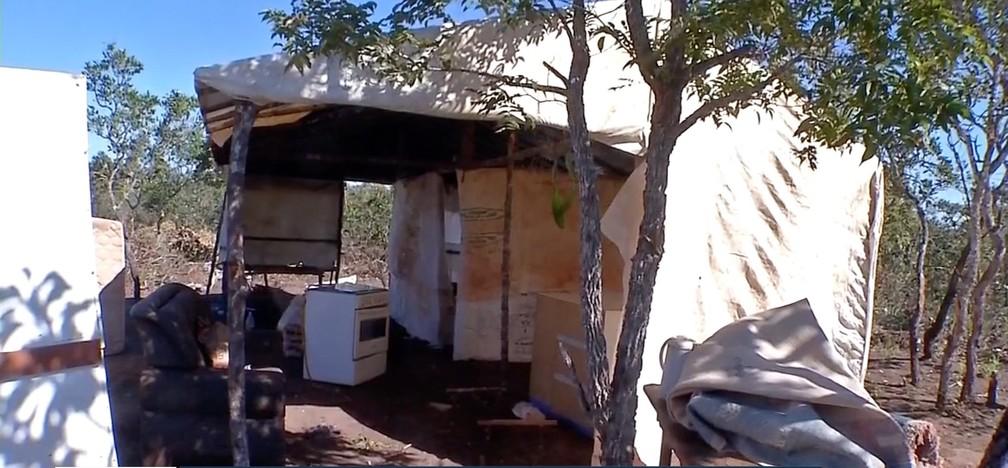 Famílias foram retiradas de fazenda do ex-ministro Blairo Maggi em operação de reintegração de posse emCampo Novo do Parecis — Foto: TV Centro América
