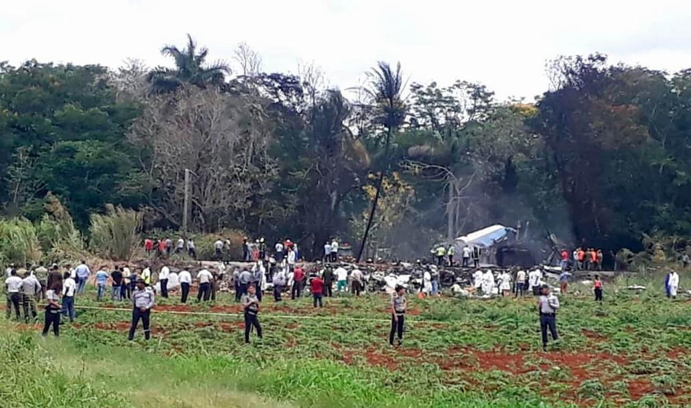 Perímetro do local onde o avião caiu foi isolado para trabalho dos bombeiros em Havana (Foto: Andrea Rodriguez/AP)