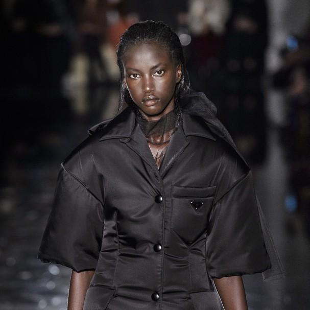Modelo negra abre desfile da Prada pela primeira vez em 21 anos