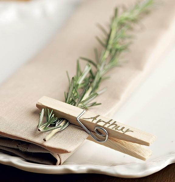 Todo mundo tem um prendedor de roupas em casa. Ele pode servir para marcar o nome do convidado e segurar o guardanapo com um raminho de ervas (Foto: Foto Iara Venanzi | Realização Cláudia Pixu e Marcia Miler | Produção Henrique Morais)