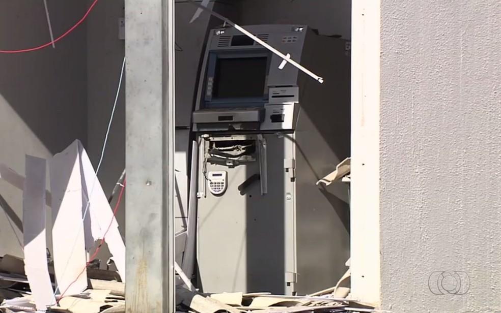 Caixa ficou completamente destruído, em Abadia de Goiás (Foto: TV Anahnguera/Reprodução)
