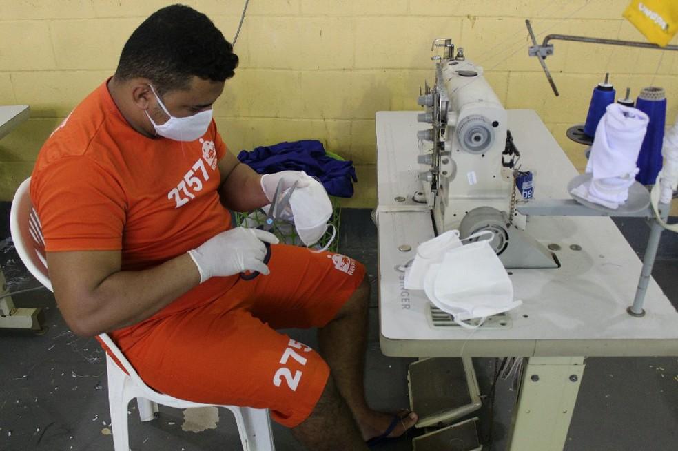 Presos de Alagoas confeccionam máscaras de proteção — Foto: Ascom/Seris