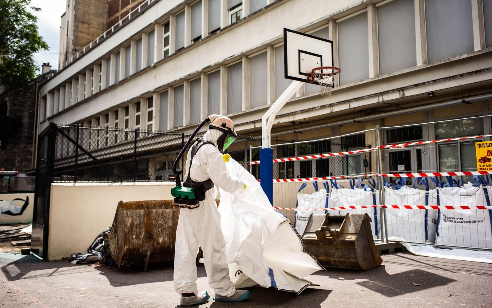 Funcionário participa de operação de descontaminação de chumbo na escola Saint Benoit, perto da Catedral de Notre-Dame, em Paris, no dia 8 de agosto — Foto: Martin Bureau/AFP