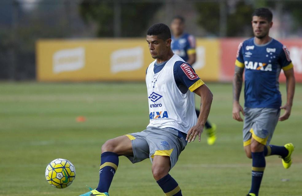 Denilson em treino do Cruzeiro — Foto: Pedro Vilela/Light Press