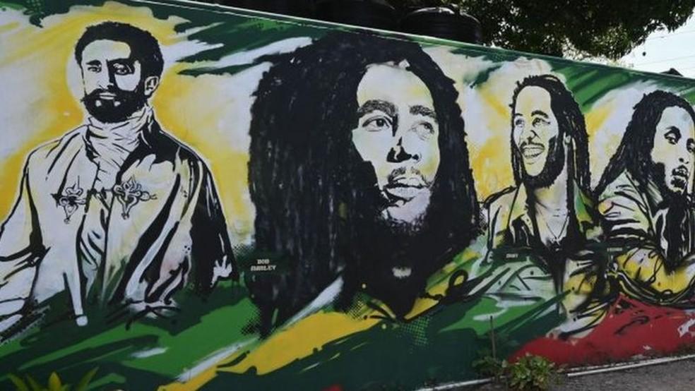 Cristão, Haile Selassie (à esquerda) negou que fosse imortal, mas continua sendo adorado pelos rastafáris — Foto: AFP/BBC