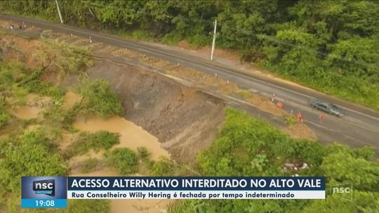 Rua que liga Rio do Sul e Lontras, no Vale o Itajaí, é interditada após chuva intensificar deslizamento de terra